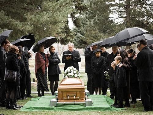 Đám tang của mẹ như nhắc nhở bạn rằng bạn cần mạnh mẽ
